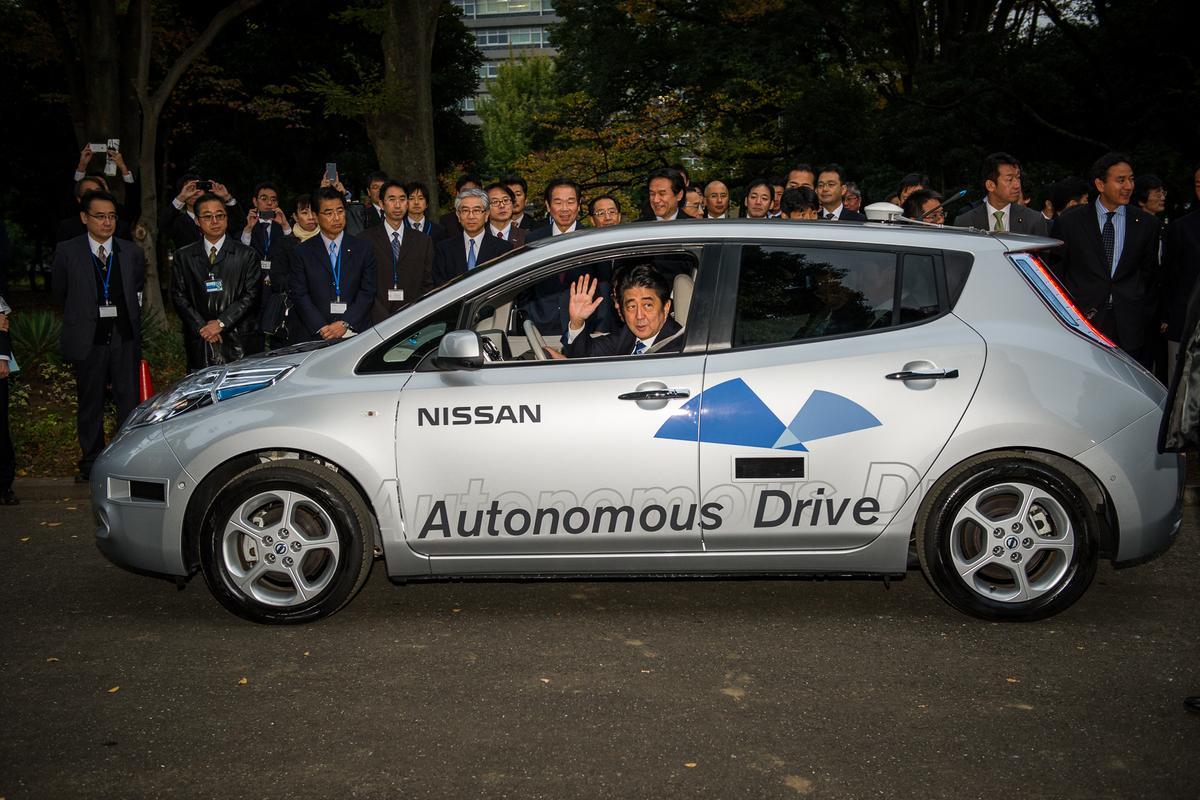Prime Minister Shinzo Abe riding in an autonomous drive Nissan Leaf (Image: Nissan)