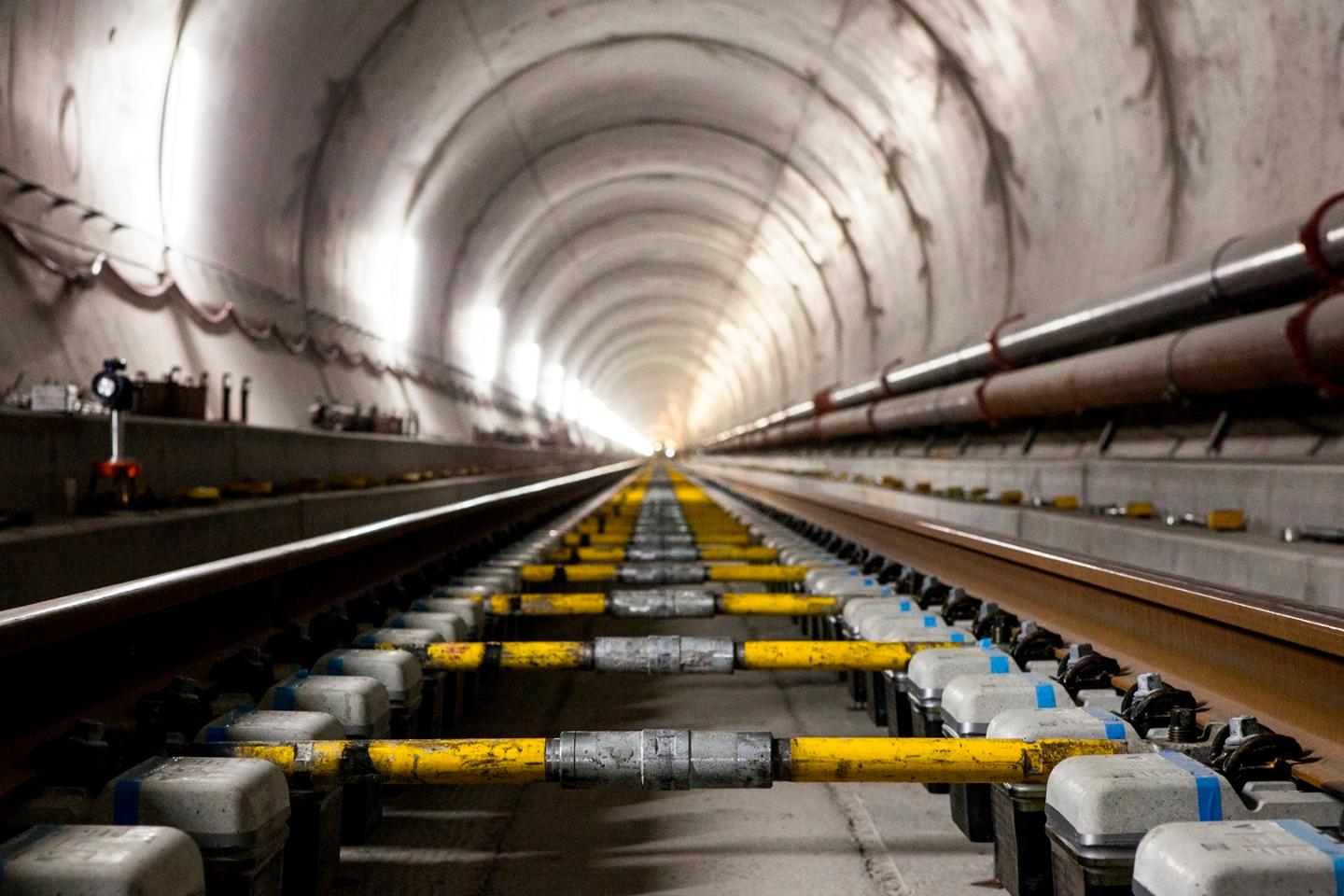 Including its two main tubes and the various shafts, cross passages and access tunnels, the Gotthard Base Tunnel has 152 km (94 mi) of tunnels