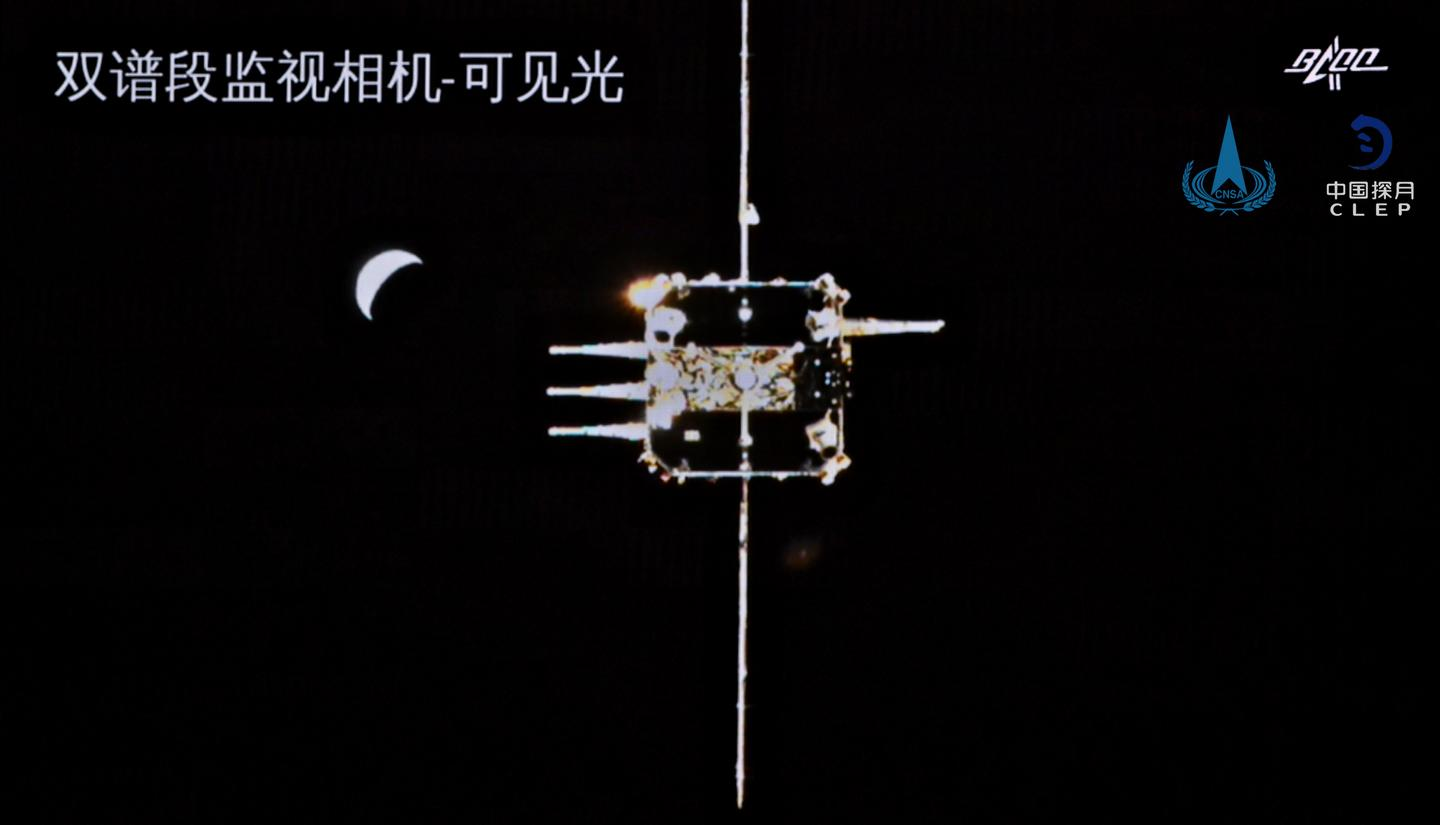The ascent vehicle eyes the Chang'e-5 orbiter on approach after collecting lunar samples