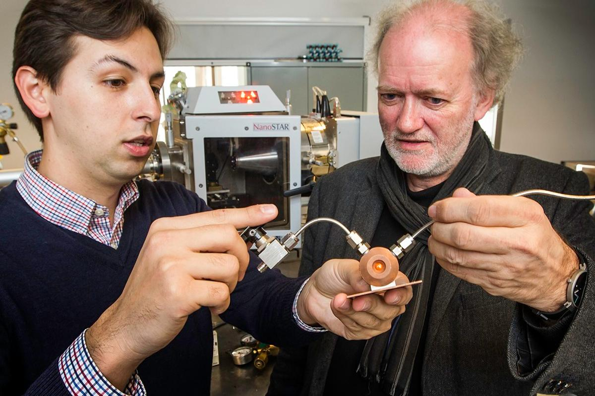 Leander Michels (left) and Prof. Jon Otto Fossum hold a chamber they use to study clay samples (Photo: Per Harald Olsen, NTNU)