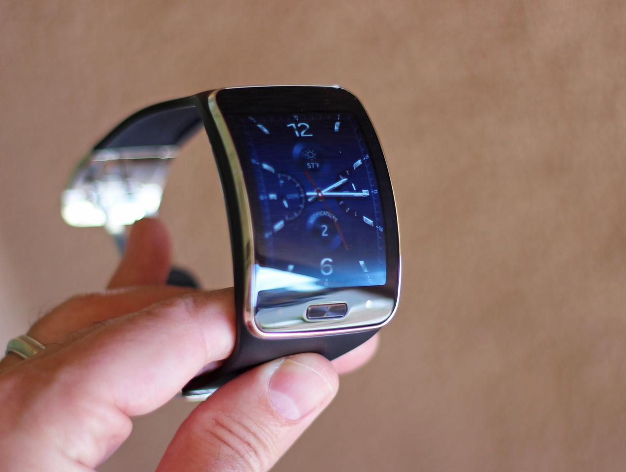 The Samsung Gear S feels light, for its (considerable) size (Photo: Will Shanklin/Gizmag.com)