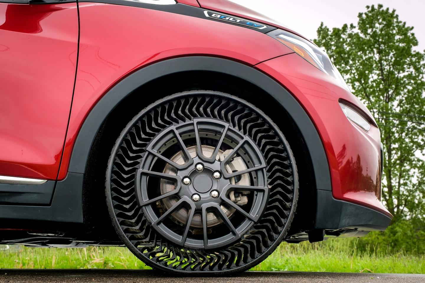 Michelin and GMwill be testing the Uptis airless tire on a fleet of Chevrolet Bolt electric cars in Michigan laterthis year