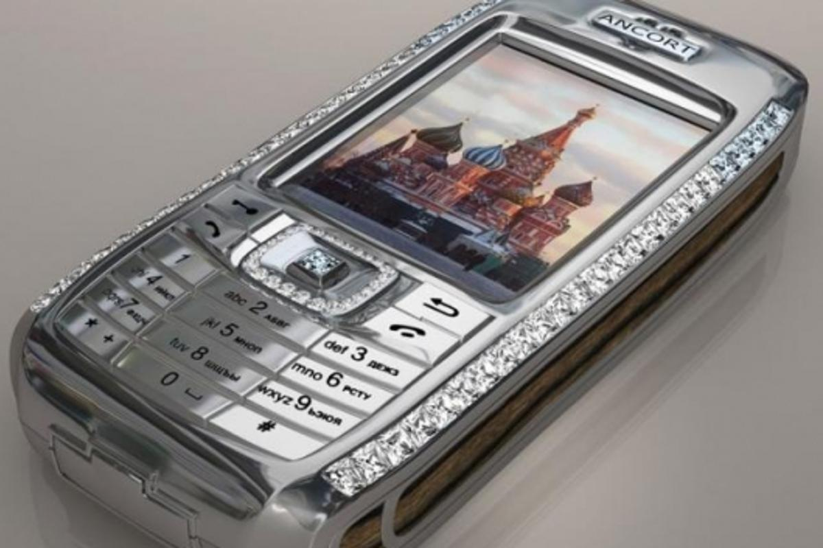 A Sony Ericsson T68 that has been glitzed by Peter Aloisson
