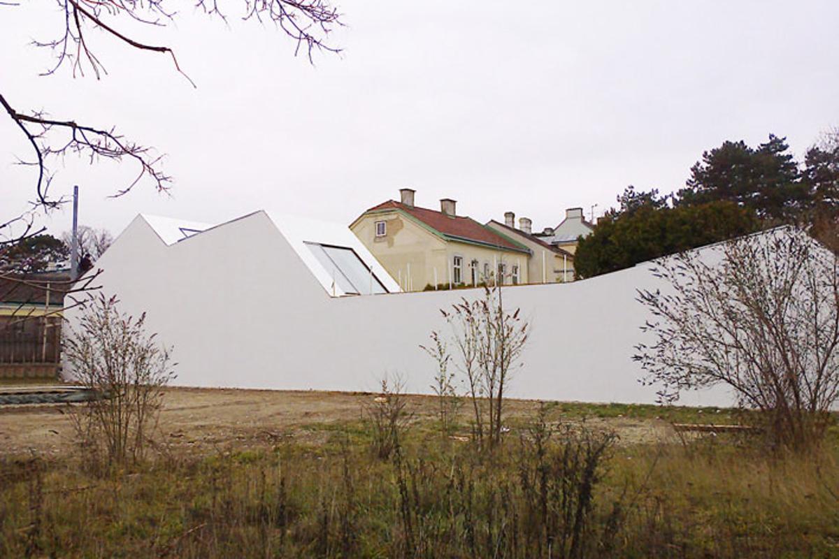 The sculptural concrete wrap (Image: Hertha Hurnaus)