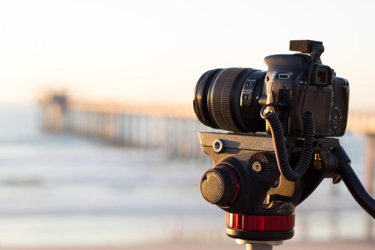 The device is designed to sit in a camera's hotshoe mount