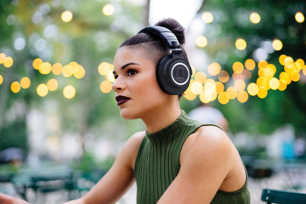 The ATH-M50xBT headphones have cooked-in Bluetooth 5.0 technology with aptX and AAC codec support