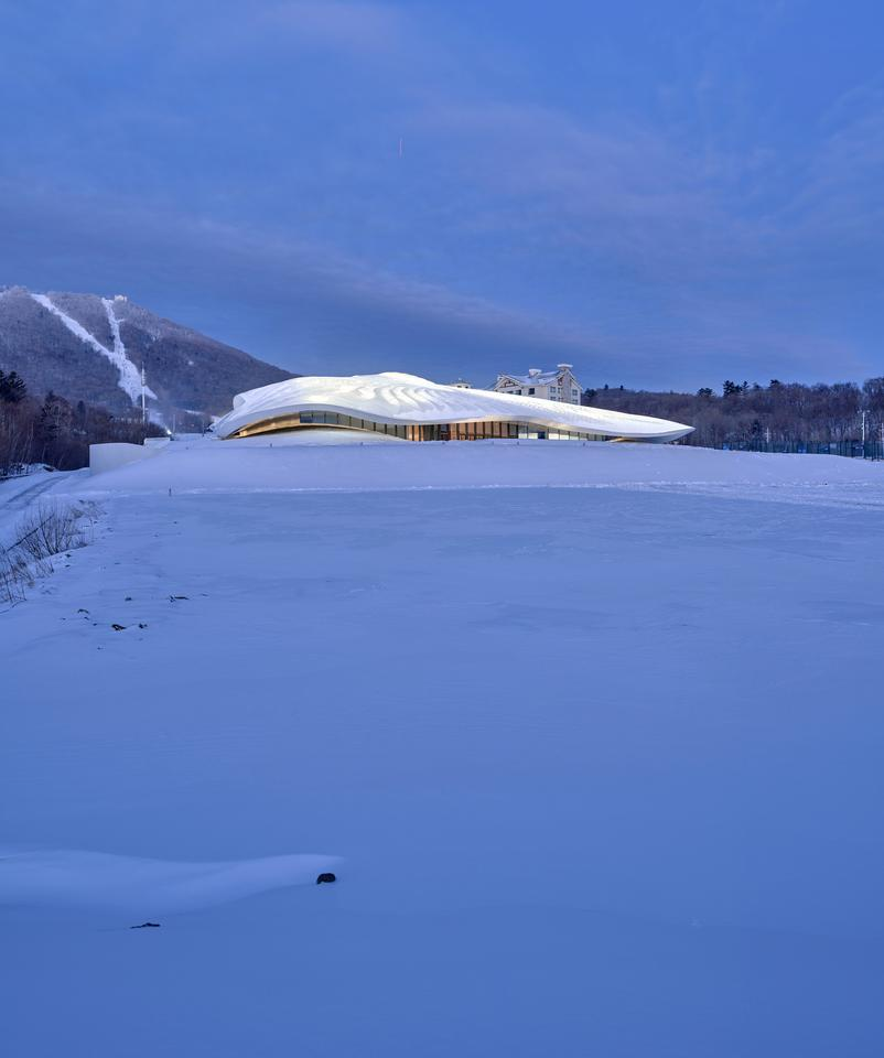 The Yabuli Entrepreneurs' Congress Center takes its place very well among the rugged mountainous terrain