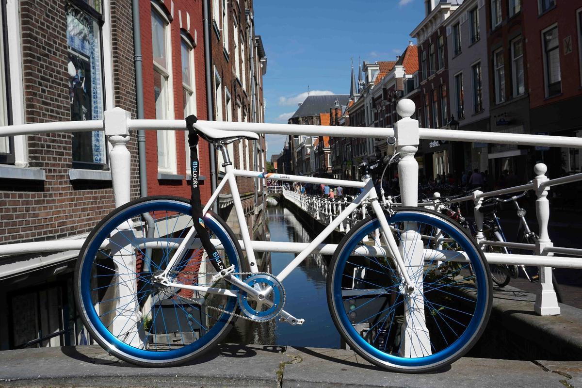 The BluLocks bike uses an external chain and an internal locking mechanism
