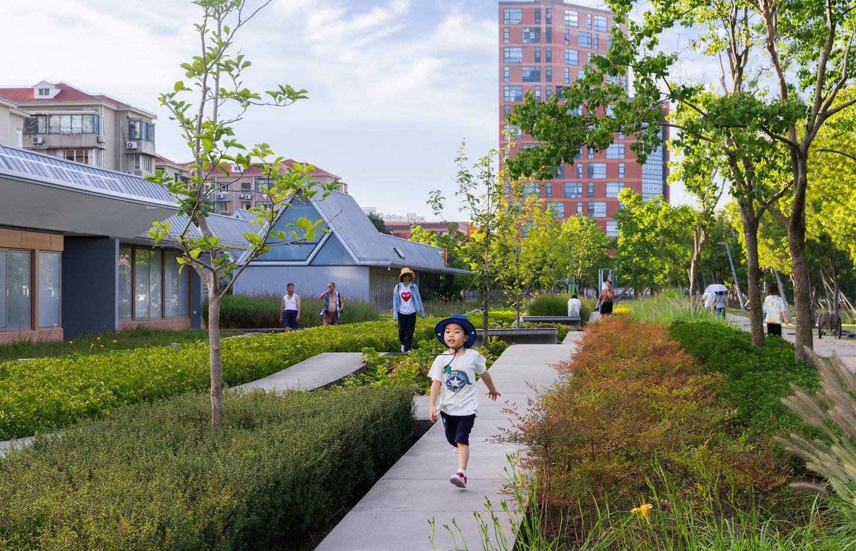 쉬 후이 활주로 공원에는 일련의 통로, 자전거 도로 및 정원 구역이 있습니다.