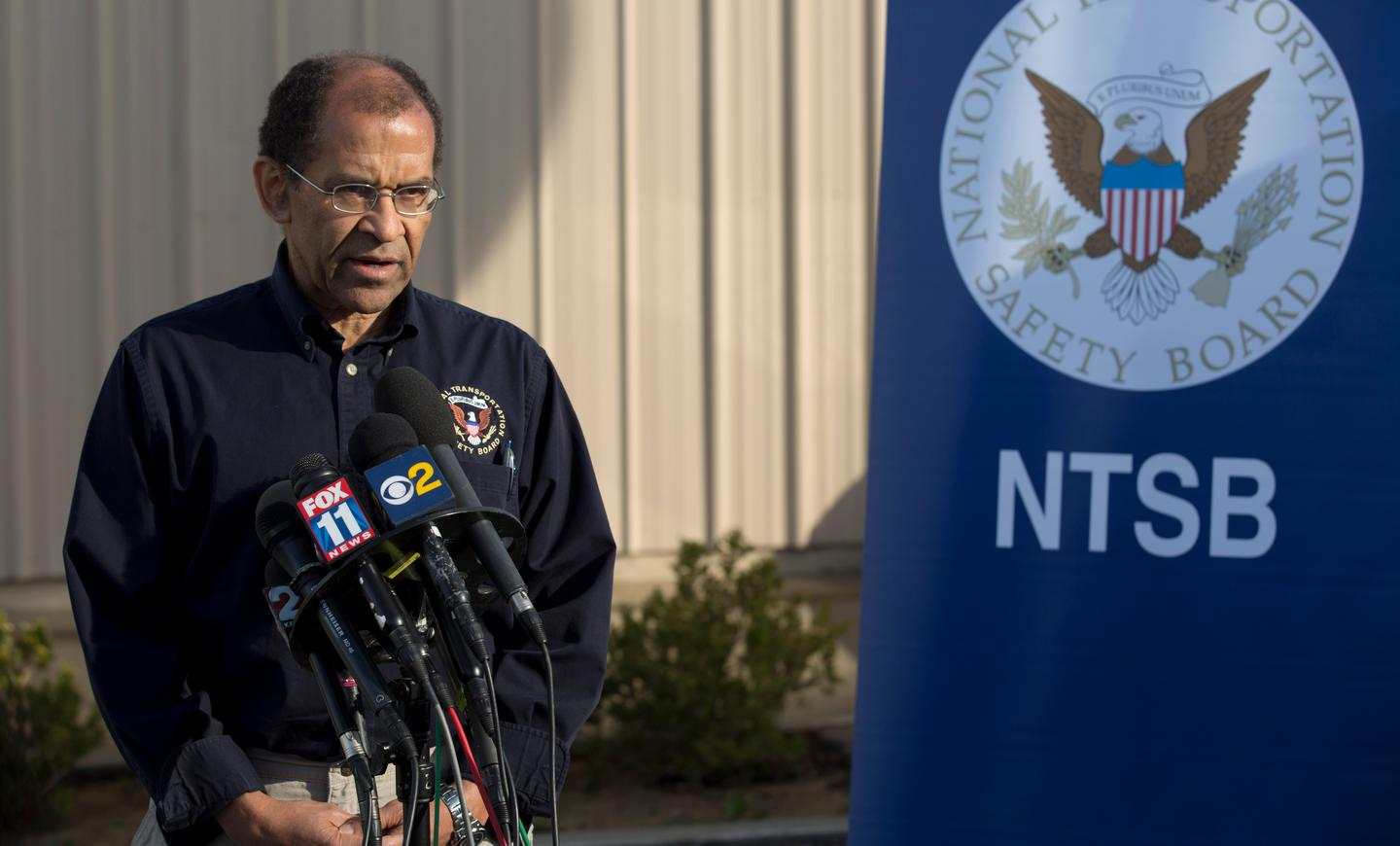 Acting Chairman Christopher A. Hart of the US National Transportation Safety Board briefing the press (image: NTSB)