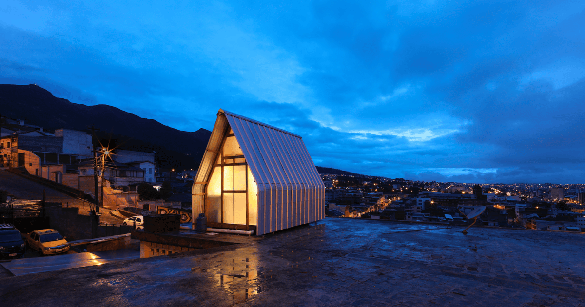 Parasitic tiny house is installed on the roofs of city buildings