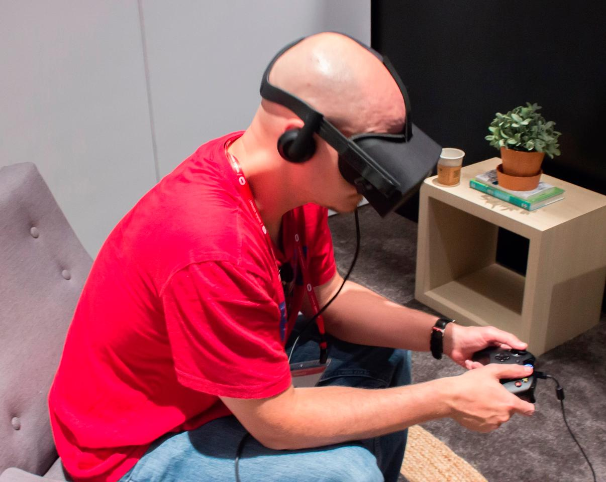 Demoing a gamepad-based Oculus Rift game at Oculus Connect 2