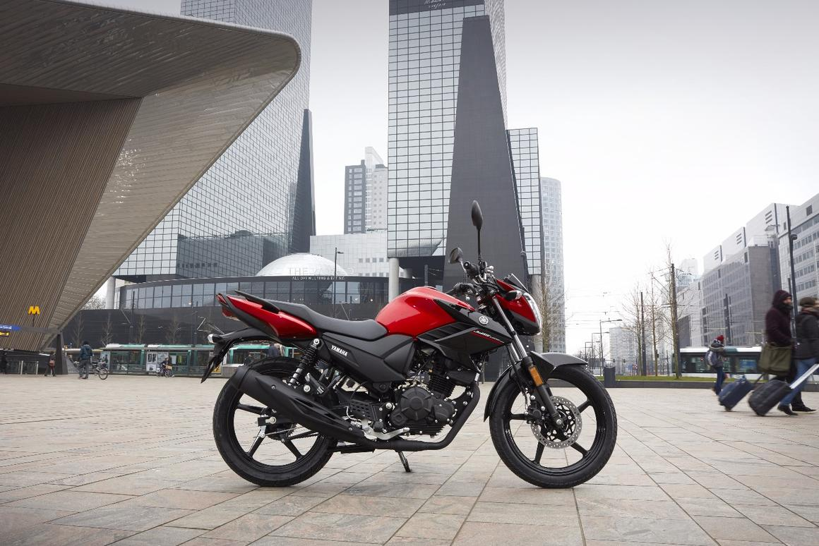 The 2017 Yamaha YS125 updates the proven package of the YBR125 to the Euro 4 emission norms