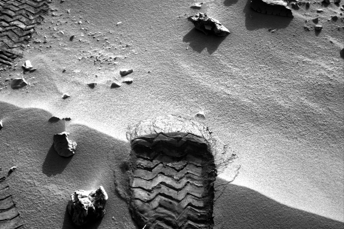 Wheel scuff mark made by Curiosity to expose fresh soil for collection (Image: NASA/JPL-Caltech)