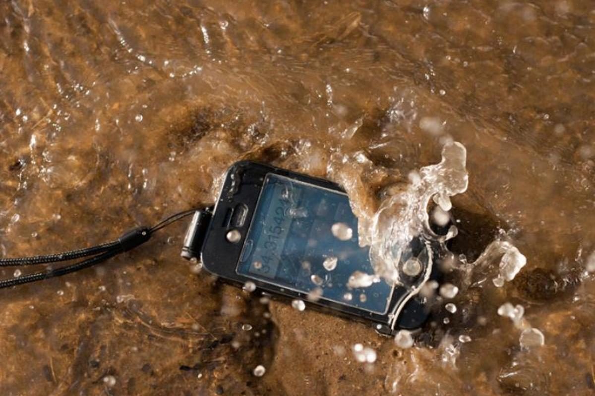 The driSuit Endurance smartphone case allows people to access all of their iPhone's touchscreen controls while underwater