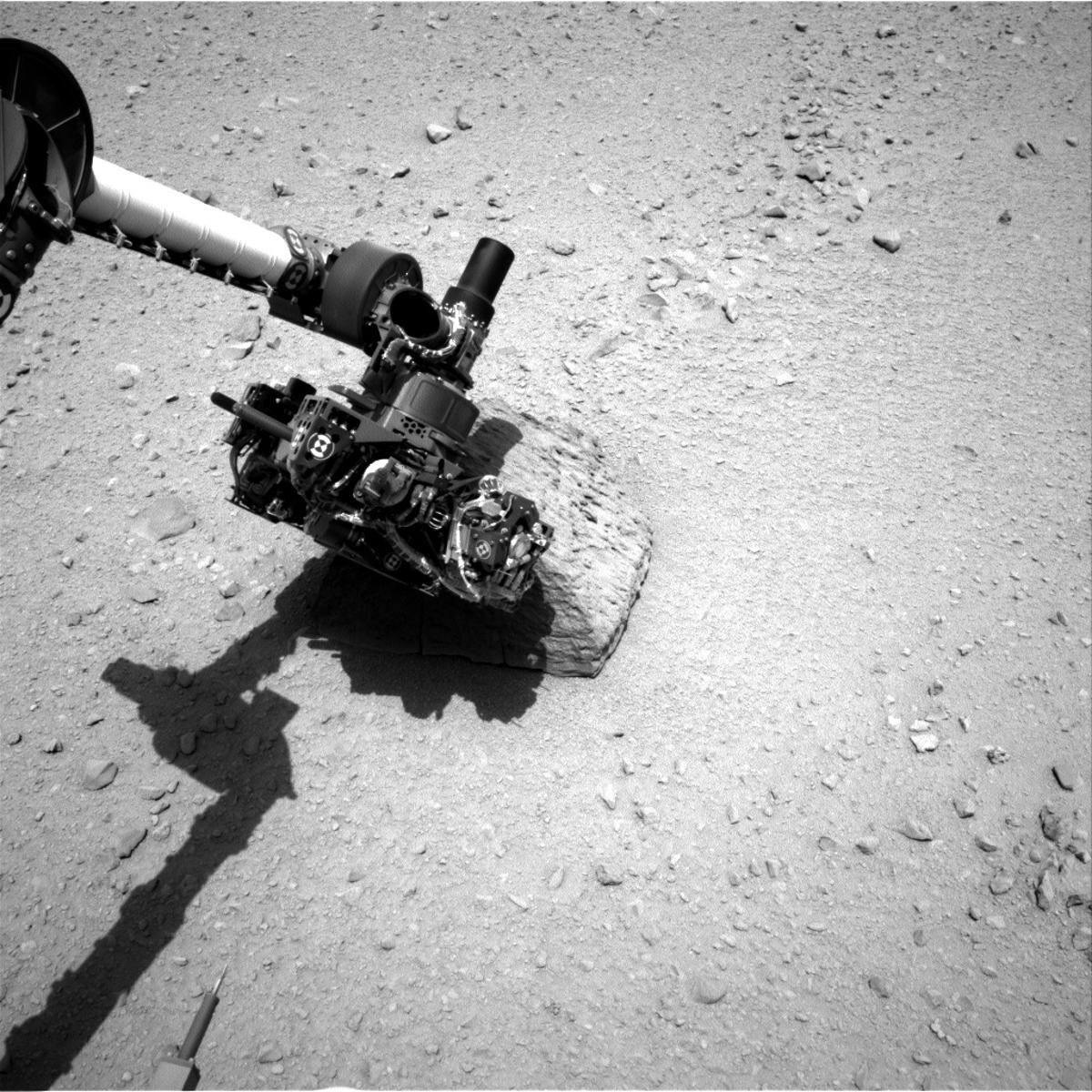 "Curiosity's robot arm touches the rock ""Jake Matijevic"" (Photo: NASA/JPL-Caltech)"