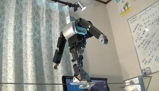 Dr. Guero's Primer-V4 robot balances on the 4 mm tightrope