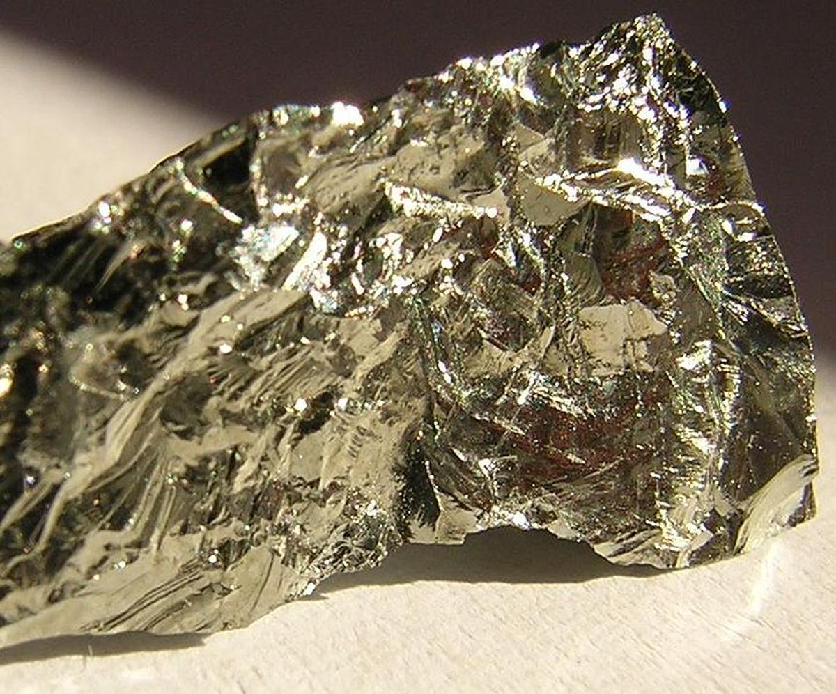 A chunk of germanium in its natural form (Photo: Gibe)