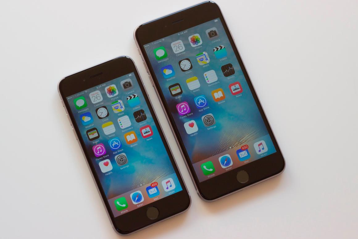 Before running our full review, Gizmag takes a look at Apple's 2015 iPhones, the iPhone 6s (left) and iPhone 6s Plus