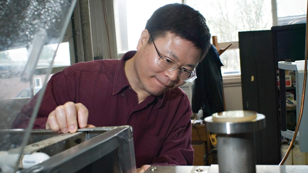 In the search for a hot-melt composite adhesive Professor Kaichang Li noticed a sticky resin that proved to be an ideal pressure sensitive adhesive (Image: OSU)