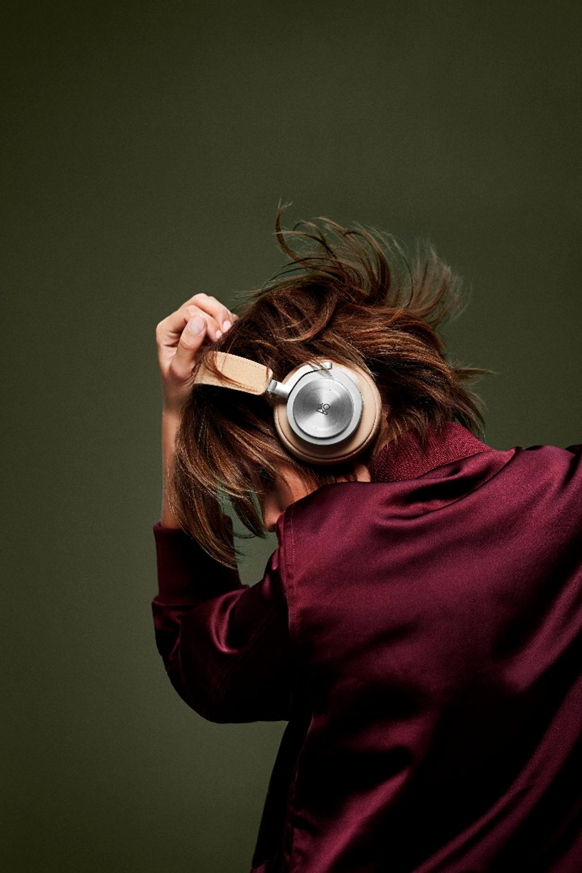 The BeoPlay H7 premium wireless headphones features Bluetooth 4.1 with support for aptX and AAC codecs for the promise of CD-quality music on the move