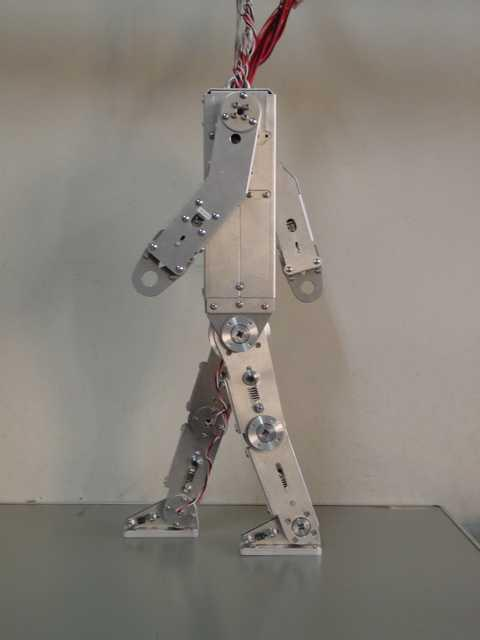 Super Mechano Boy, developed at TITECH Yamakita Lab, was able to stay in an upright position on the horizontal bar for up to a minute