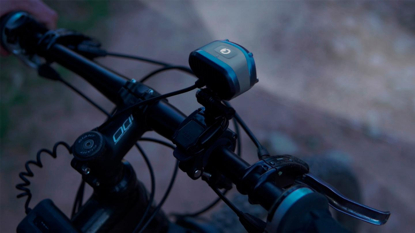 The Carbi utilizes a built-in accelerometer to determine the speed of the bike, so it can automatically adjust its beam accordingly – that beam is wide when the cyclist is going slower, but sharpens to a farther-reaching spotlight as they go faster