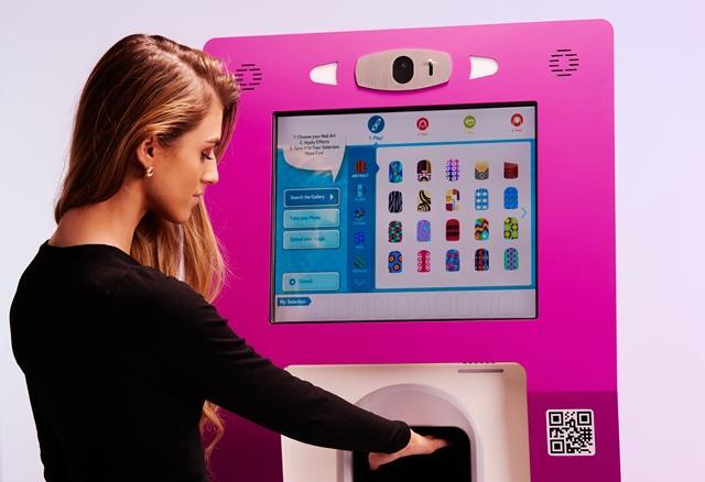 Using the Fingernails2Go kiosk