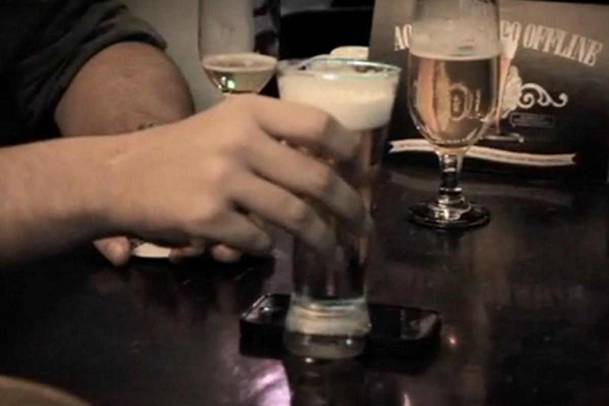 The Offline Glass offers a solution to the problem of smartphones getting in the way of conversation, putting them to a better use