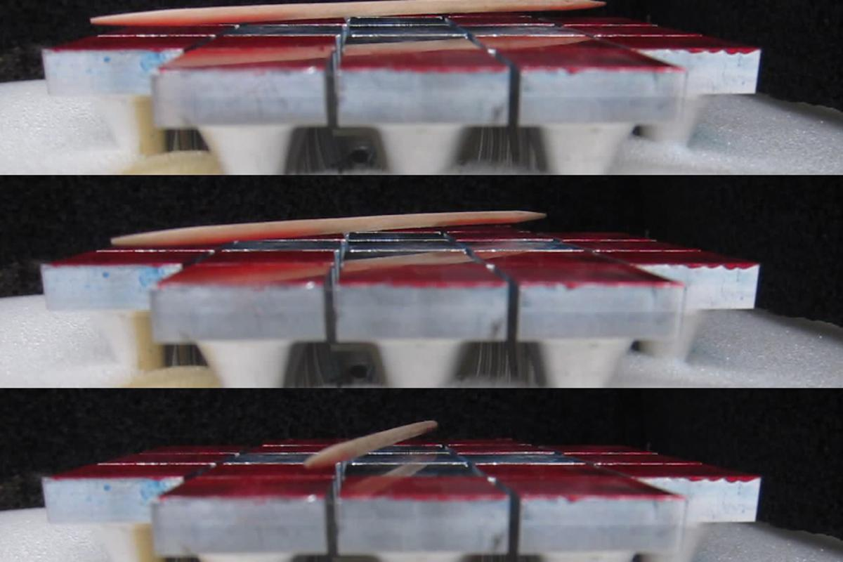 The movement of levitated objects - here a toothpick - is possible by varying the acoustic waves of several parallel emitter-reflector modules (Photo: Daniele Foresti / ETH Zurich)