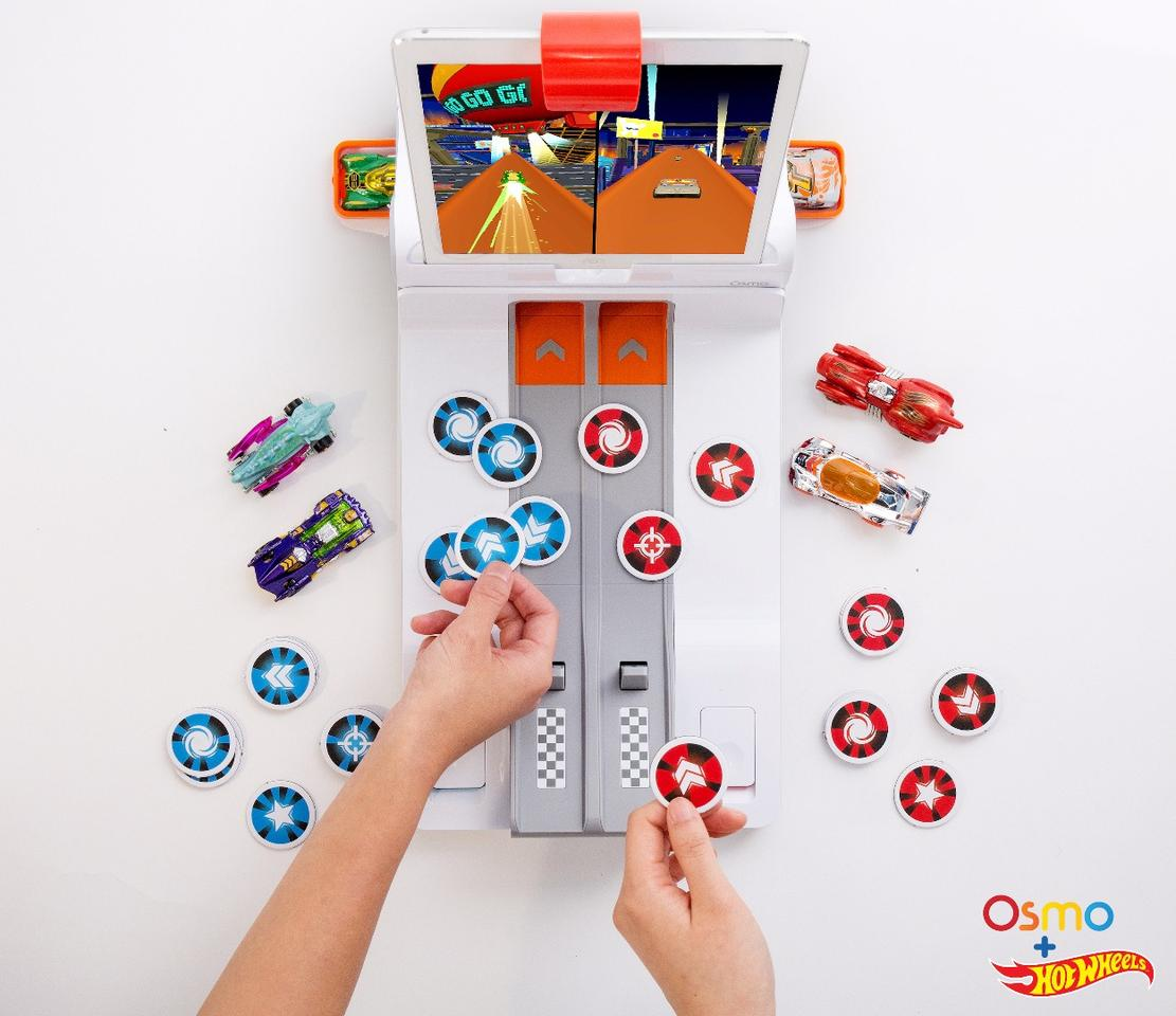 Players control the Hot Wheels MindRacers game by throwing down tokens onto the base, to boost their car, attack their opponent's car, or perform a spin or wild card action