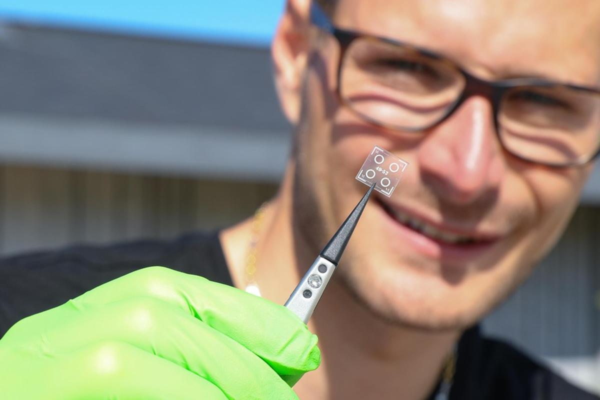 Researcher Matthieu Rüegg with a sample of the microresonator