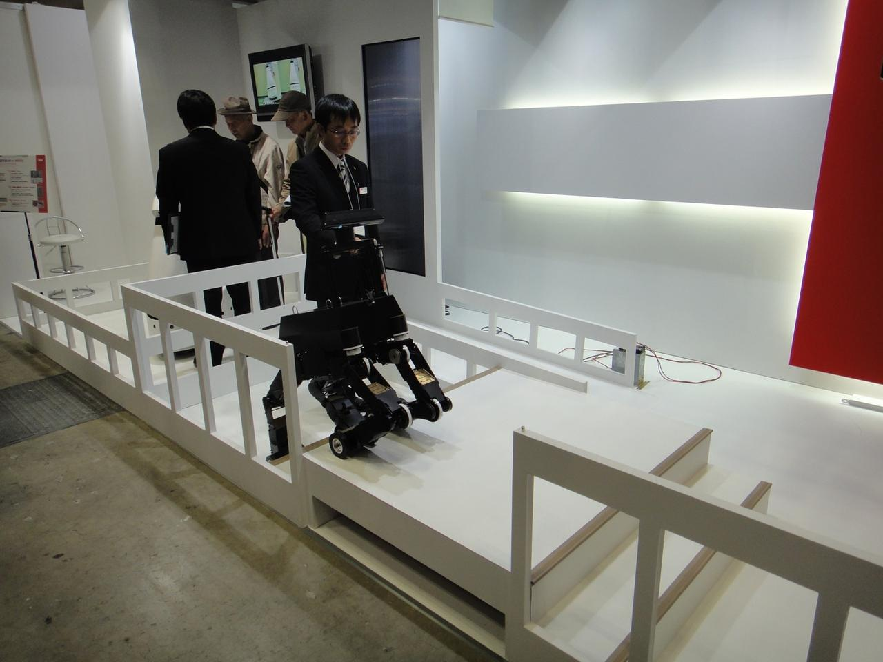 The NSK robot guide dog climbs stairs(Image: DigInfo)