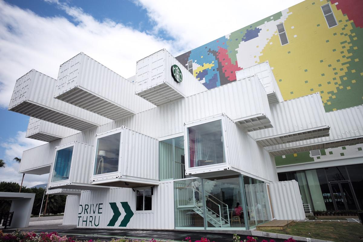 The Hualien Bay Mall Starbucks consists of 29 shipping containers with a total floorspace of 320 sq m (3,444 sq ft), spread over two floors