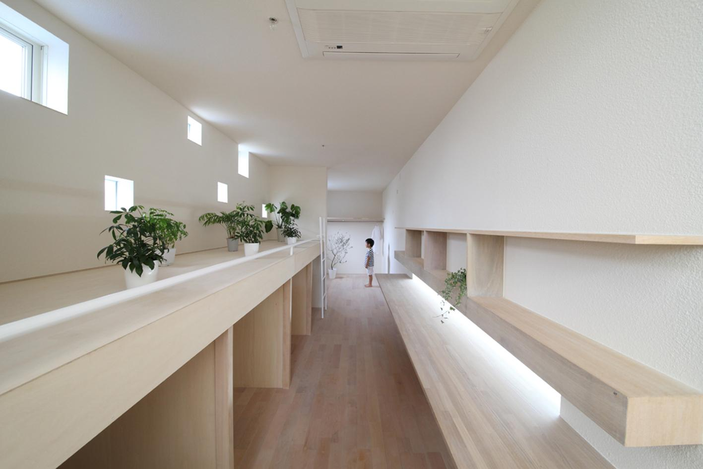 The width of the house is roughly equivalent to the length of an average American family car (Photo: Katsutoshi Sasaki and Associates)