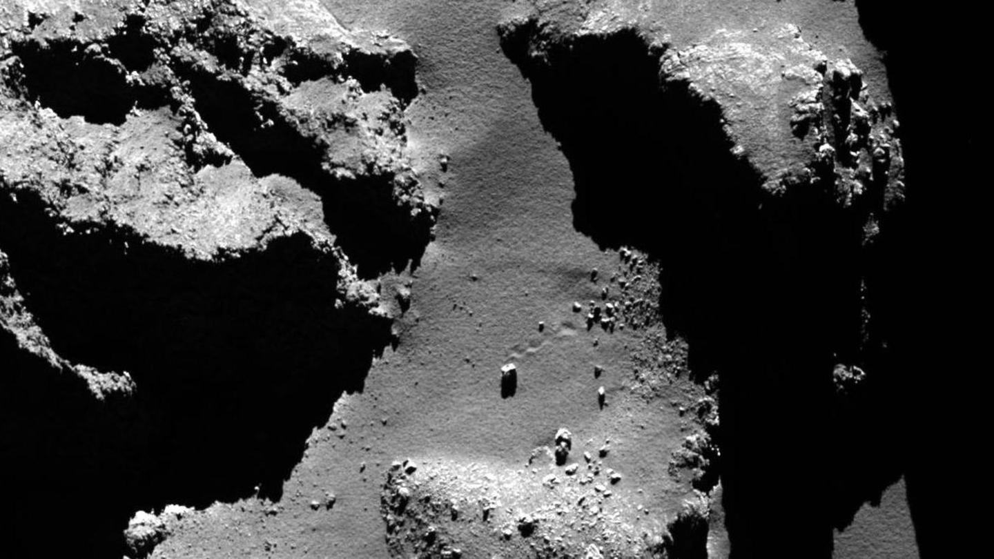 The trail of a bouncing boulder on Comet 67P