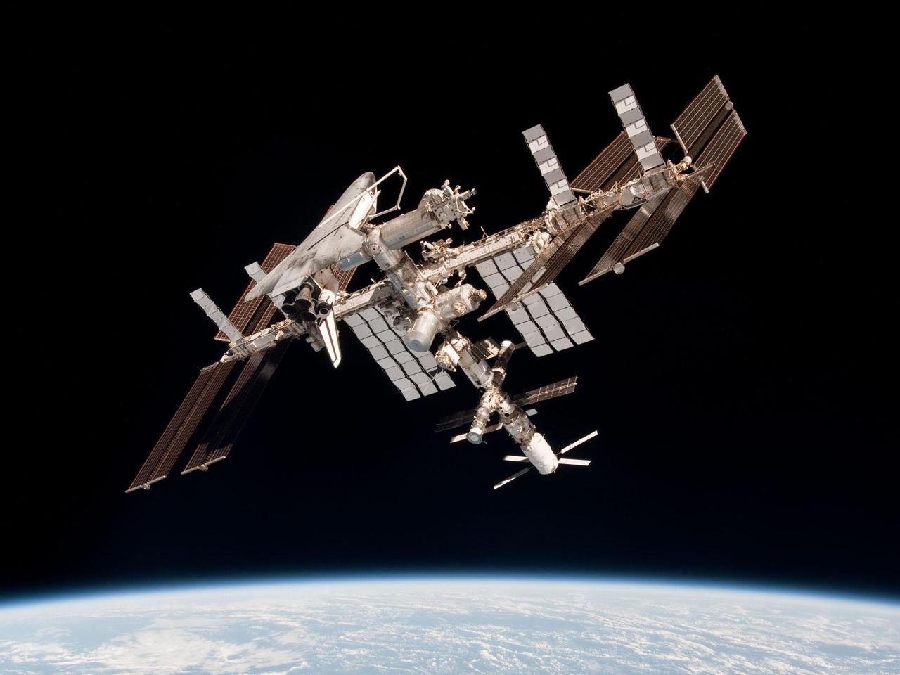 Image of the ISS captured in 2011, docked with ATV-2 and the Endeavour space shuttle (Photo: ESA/NASA)