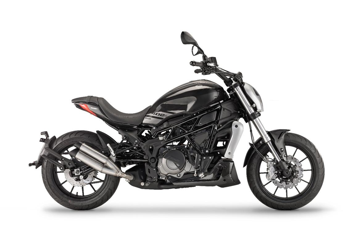 Benelli 402 S:shotgun exhausts and a parallel twin engine can't hide the design intent