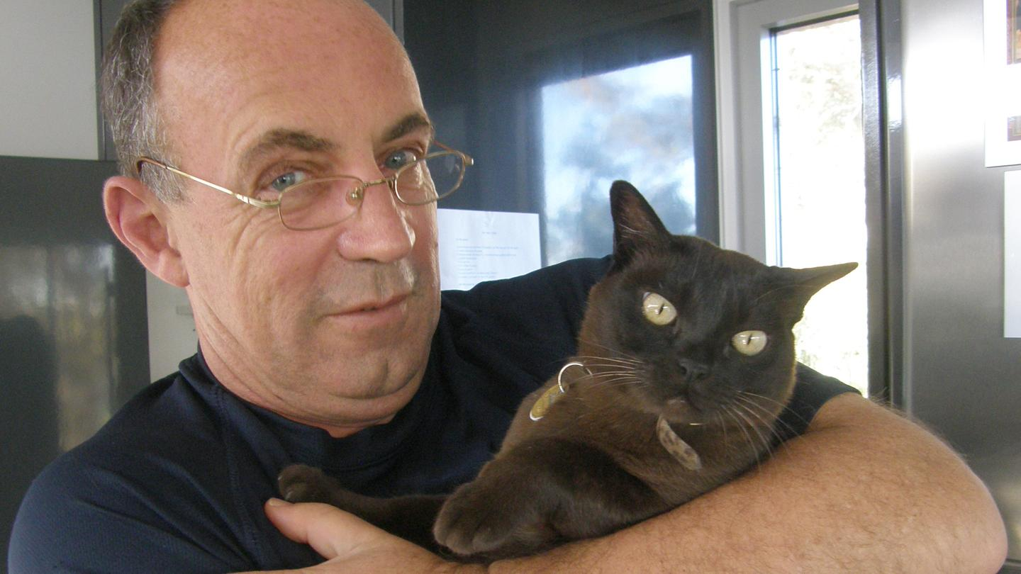 Smarter than the average dog owner? Gizmag's Mike Hanlon with Lulu (Photo: Mike Hanlon/Gizmag)