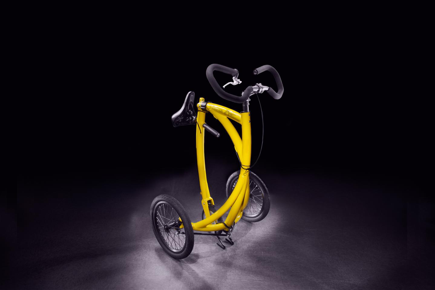 In addition to a folding frame, the Alinker includes quick-release front wheels
