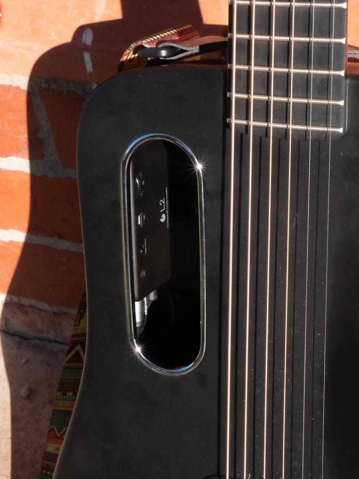 The effects switch, body mic volume knob and annoyingly the USB charge port are located inside the oddly-shaped sound hole