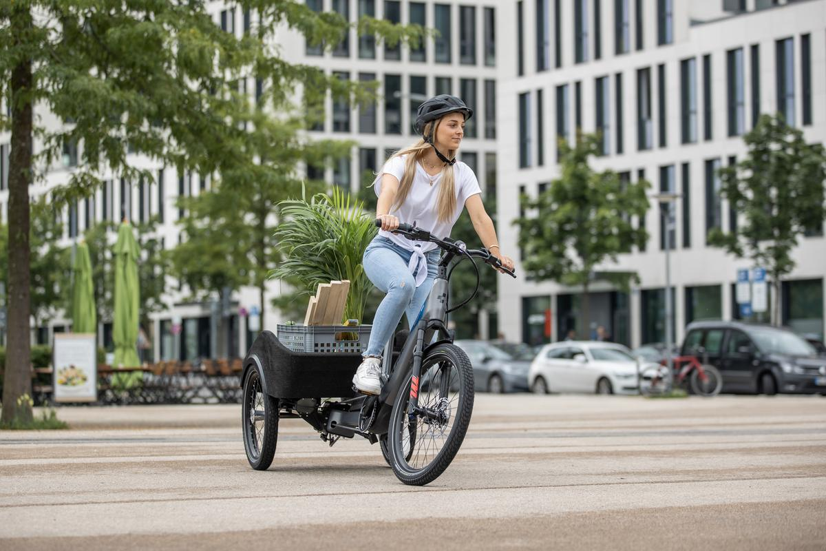 The Cube Concept Dynamic Cargo e-trike's tilting front end is connected to its non-tilting rear end via a pivoting axle