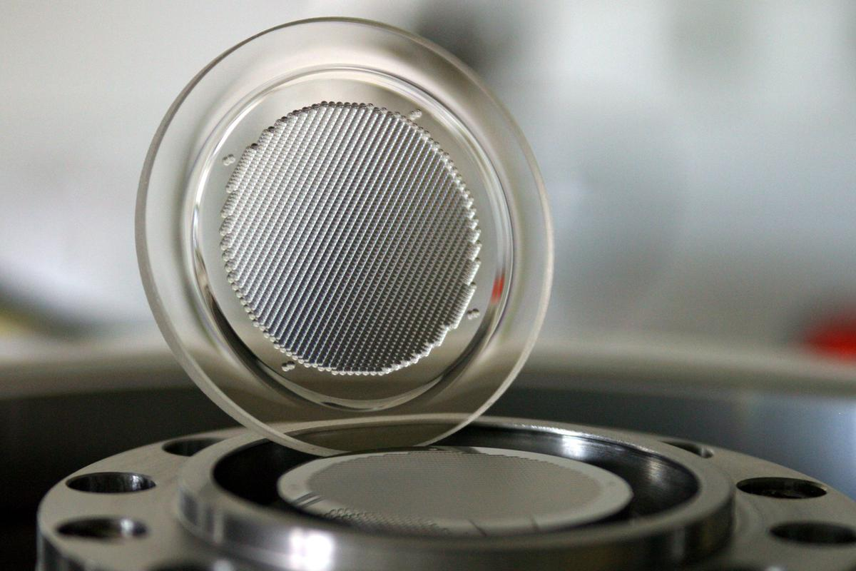 A new technique makes the production of precision glass microlens arrays possible, using a hot embossing technique (Photo: Fraunhofer)