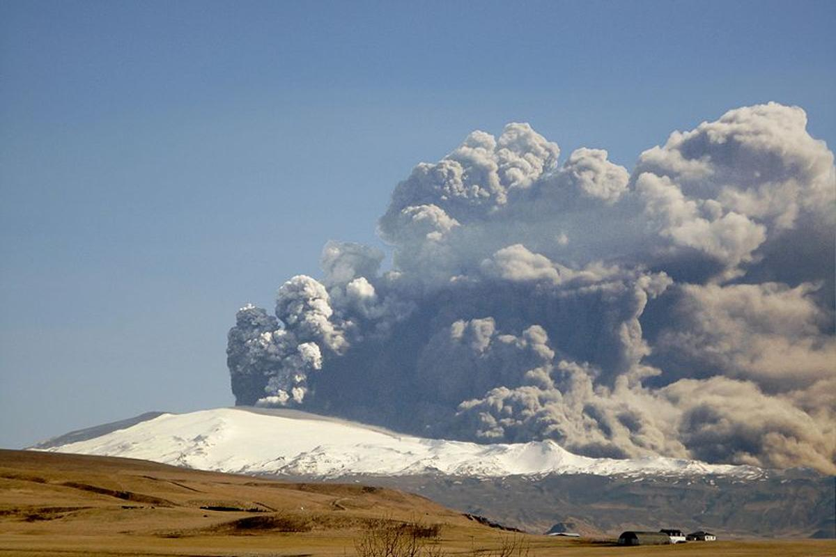 Two newly-developed coatings could protect the jet engines of airliners from the harmful effects of ash from volcanoes such as Icelands's Eyjafjallajokull(Photo: Arni Frioriksson)