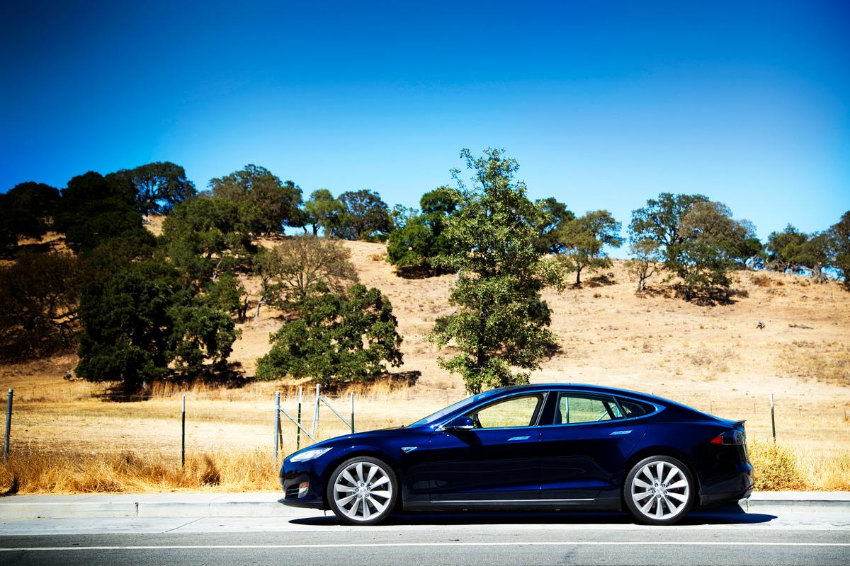 The Model S in the California sun outside Tesla's Palo Alto headquarters (Photo: Angus MacKenzie/gizmag.com)