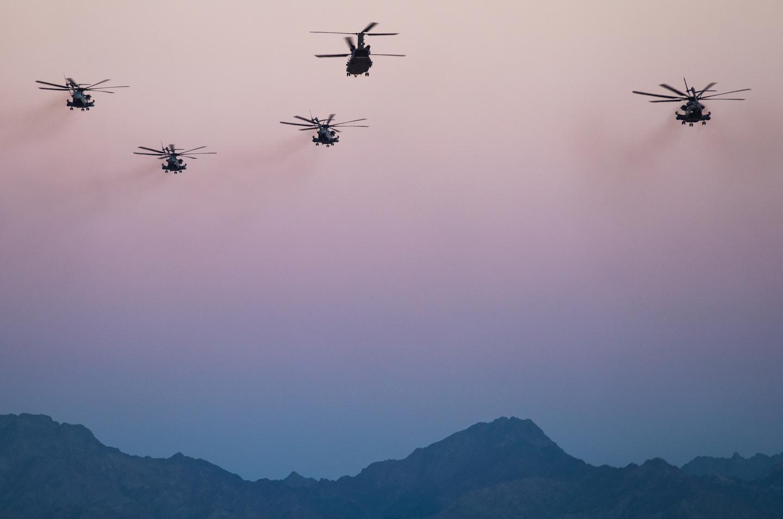 A Royal Air Force Chinook from 27 Sqn, RAF Odiham, flies alongside three USMC CH-53 Super Stallions.