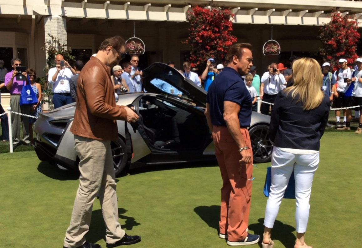 Arnold Schwarzenegger takes a look at the Vulcano Titanium