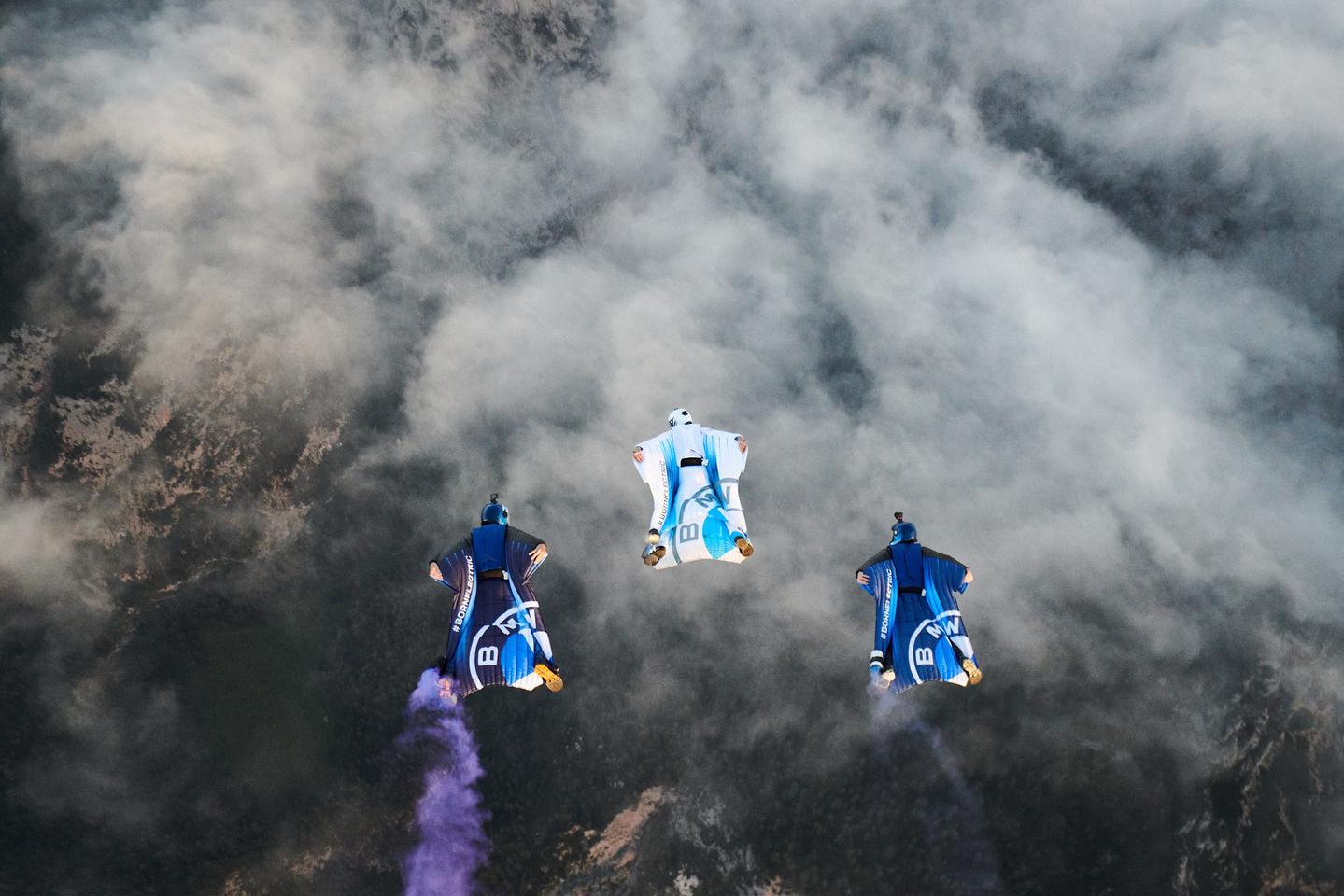 ザルツマンと2人の電気的に強化されていない仲間は、彼がジッパーを離れる前に編隊で飛ぶ