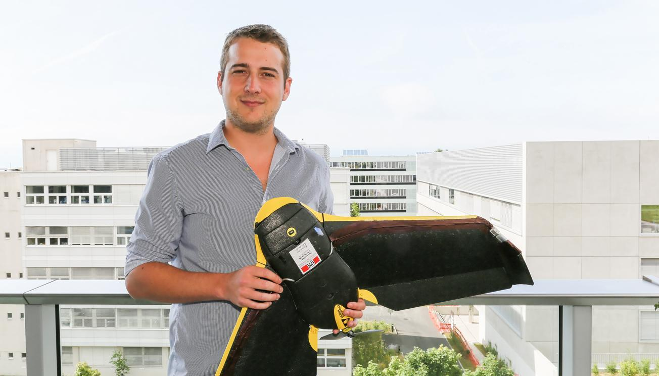 Jonathan Cheseaux with the drone that uses a Wi-Fi antenna to locate mobile phones (Photo: Alain Herzog)