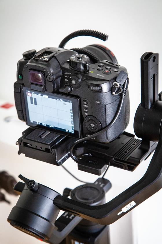 Awkwardly twisted cable links the GH5's camera control port to the Moza Air 2